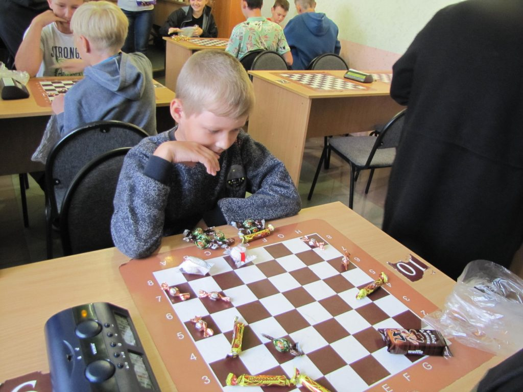 Коркинские школьники победили в конфетном шашечном турнире