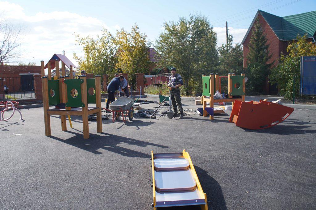 В Коркино монтируют детскую игровую площадку