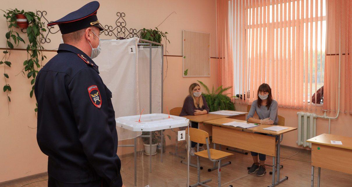 Коркинские полицейские следят за порядком на избирательных участках