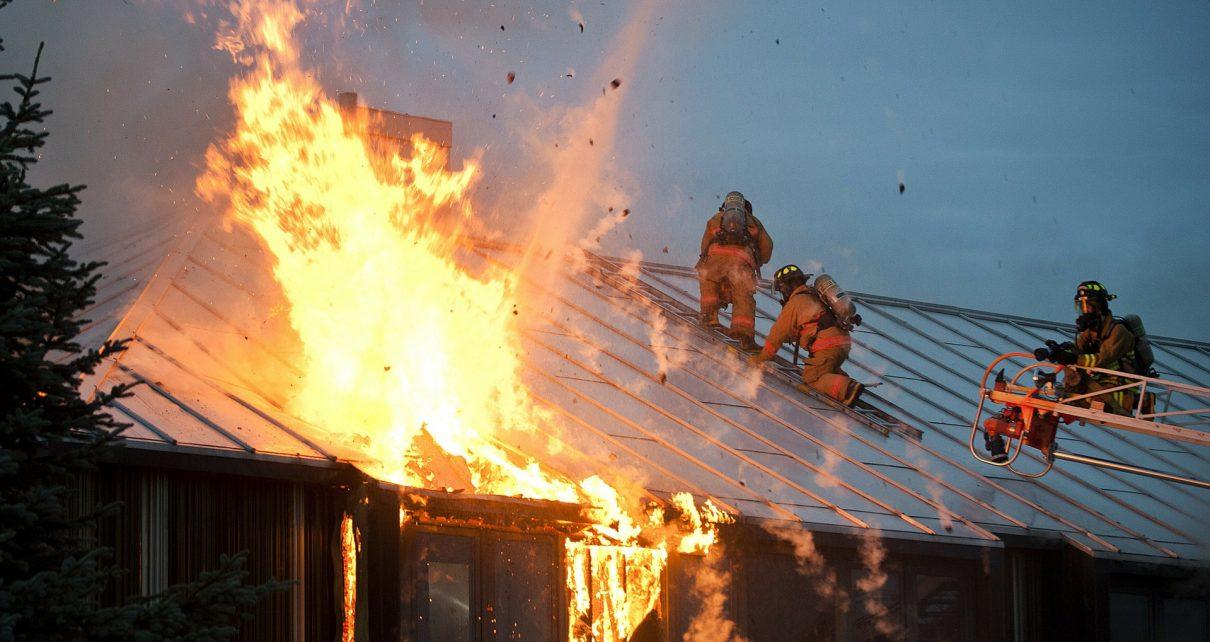 В Коркино сгорела кровля частного дома